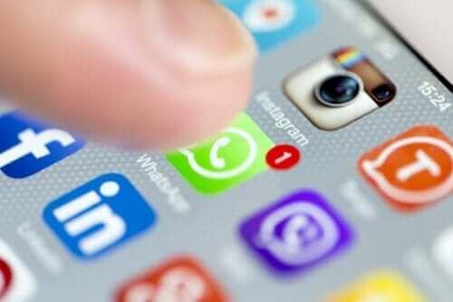 sosyal ağ logoları parmak ekran