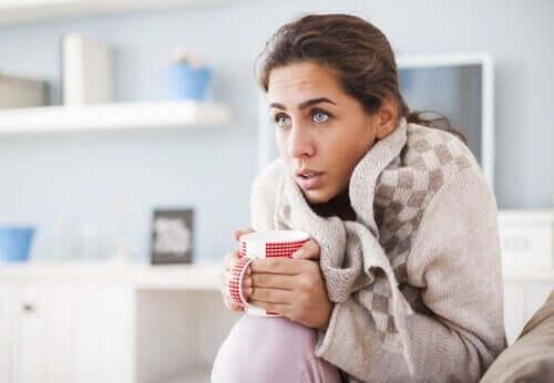 üşüyen kadın ev battaniye
