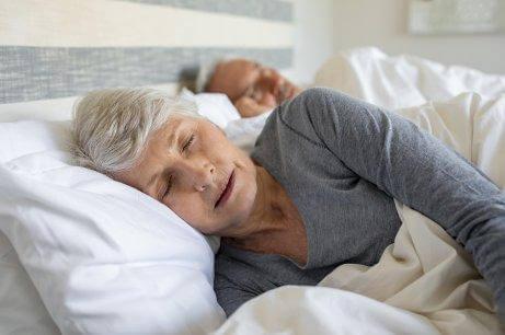 yaşlı teyze uyuyor ve hasta