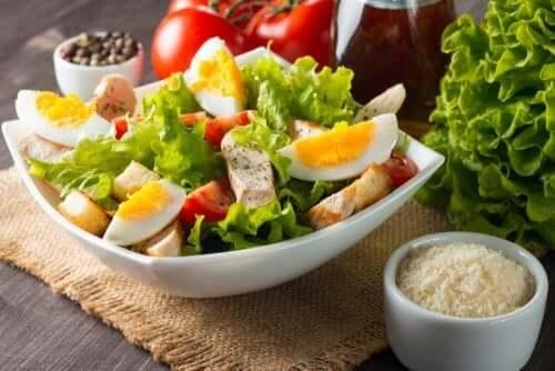 ton balıklı yumurtalı karışık salata