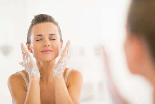 yüzünü yıkayan 40 yaşında kadın