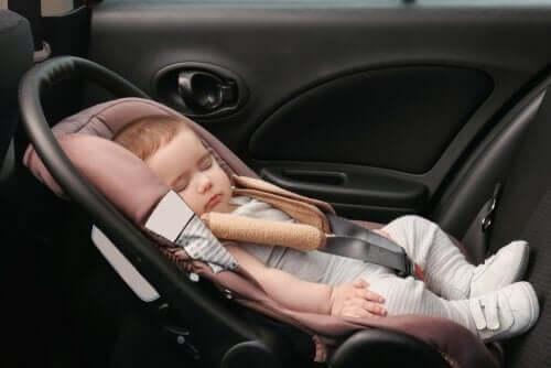 araba koltuğunda bebek