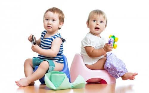tuvalet eğitimi alan bebekler