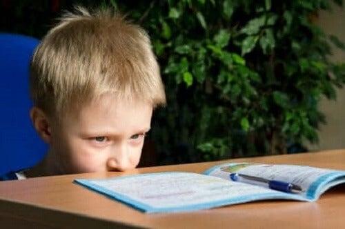 ödevini yapmayan çocuk