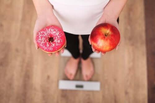 donut elma tartılan kadın