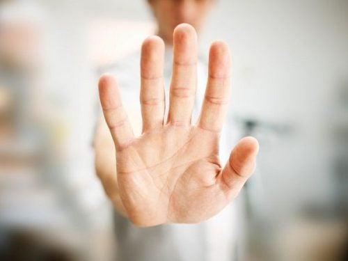 dur işareti yapan el
