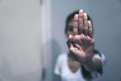 eliyle dur işareti yapan kadın