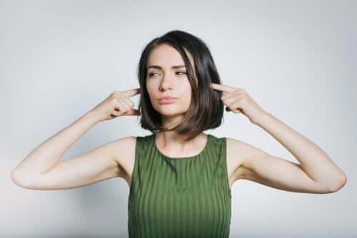 kulaklarını tıkayan kadın