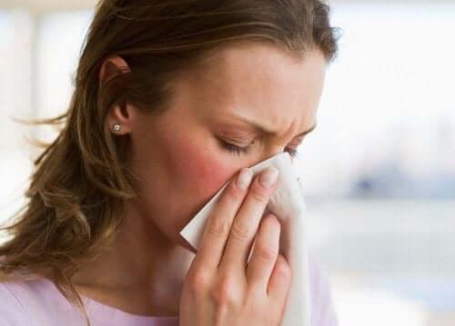 hasta kadın burnunu siliyor ve yüksek ses