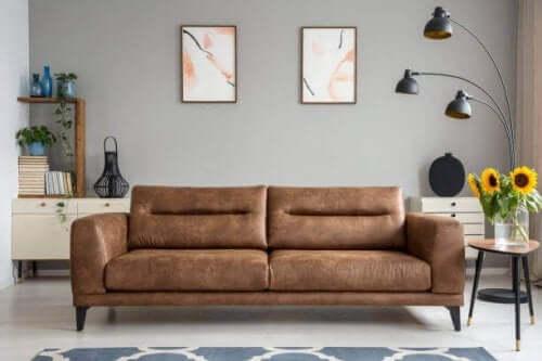 kahverengi koltuk tablolar minimalizm