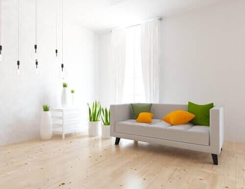 minimalist aydınlık salon renkli kırlentler