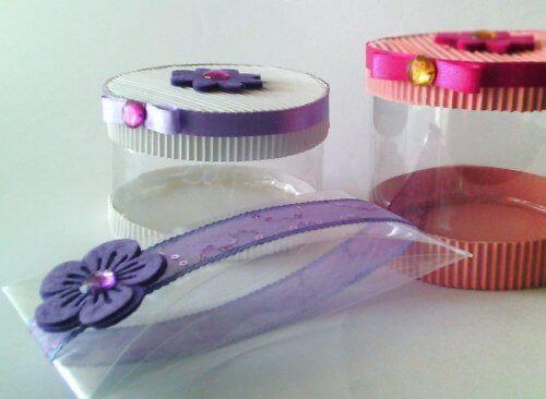 Plastik şişelerle yapılmış hediye kutuları.