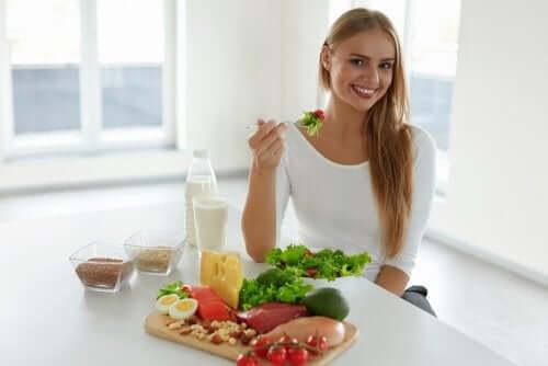 sağlıklı beslenen mutlu kadın