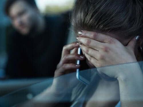 telefonda yardım isteyen kadın