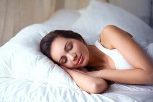 uyuyan mutlu kadın