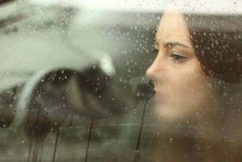 yağmurlu araba camından bakan kadın