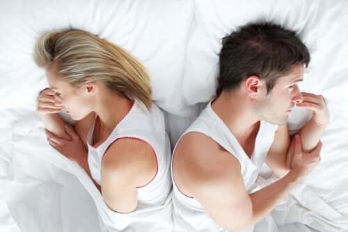 Yatakta sırt sırta yatan çift