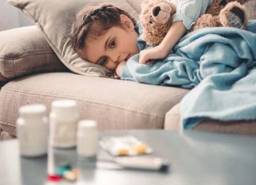 yatarak ilaçlara bakan çocuk