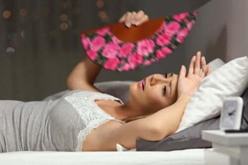 sıcaklayan kadın yatıyor