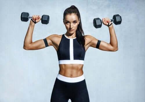 ağırlık dambıl kaldıran kadın