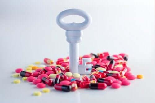 Bir sürü antibiyotiğin üstünde duran bir anahtarın fotoğrafı.