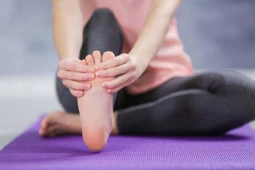 Kendisine ayak masajı yapan bir kadın.