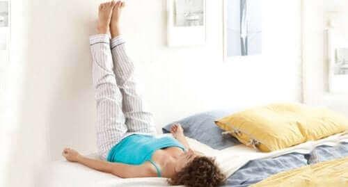 Ayaklarını havaya kaldırmış bir kadın.