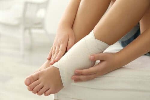 Ayağını bandajlamış bir kişi.