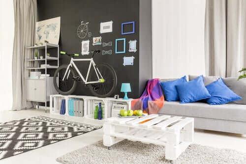 bisiklet oturma odası ahşap kasa masa