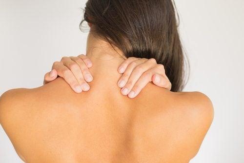 Boyun ağrısı yaşayan bir kadın.