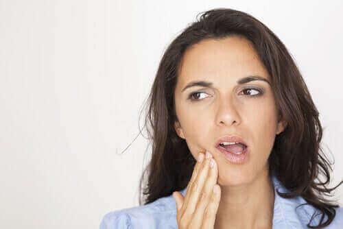 dişini tutan kadın