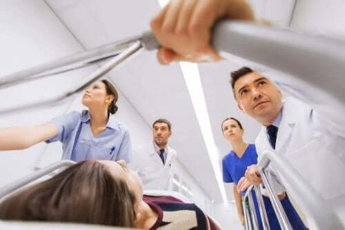 doktorlar acil sedyede hasta
