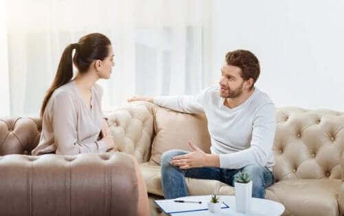 birbirine güvenmeyen çift oturuyor ve ilişkiyi öldüren kötü alışkanlıklar