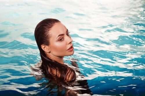 havuzda yüzen kadın