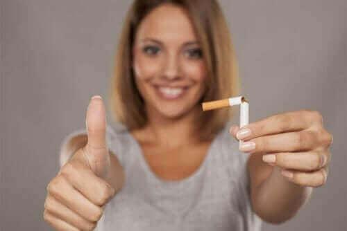 ikiye bölünmüş sigara mutlu kadın