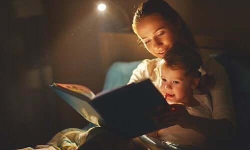 Evcil hayvanlarının ölümünün üstesinden gelmek için kitap okuyan bir anne kız ikilisi.