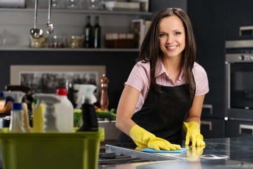 mutfağı temizleyen kadın