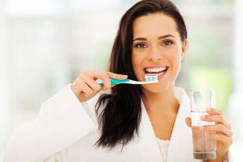 dişlerini fırçalayan mutlu kadın