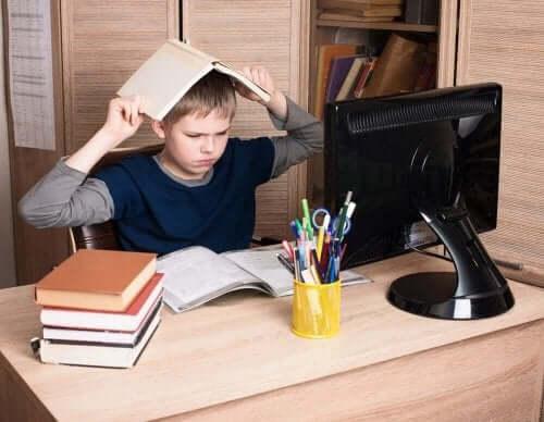 mutsuz çocuk çalışma masası