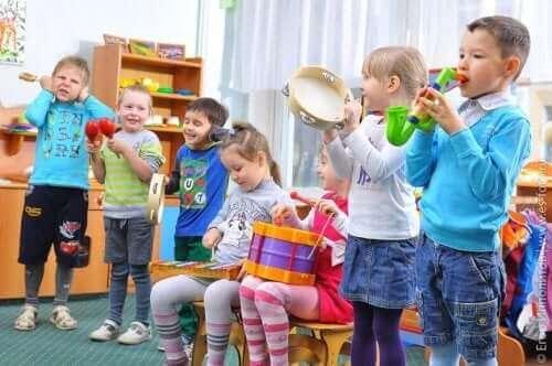 Farklı müzik aletleri çalan çocuklar.