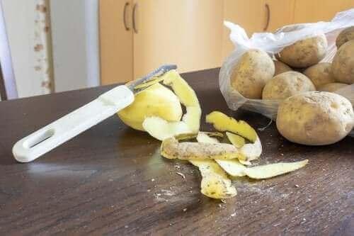 Patates Kabuğu İle Bulaşıkları Yıkayın