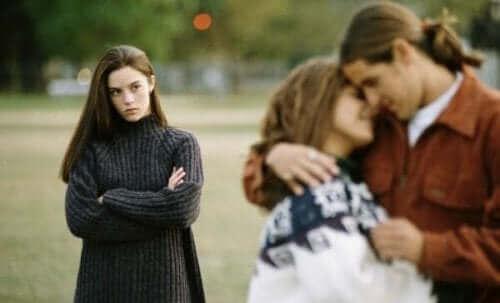aldatılan kız önündeki çifte bakıyor