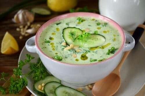 Düşük Kalorili Salatalık ve Avokado Çorbası