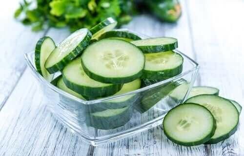 Ufak kabın içinde salatalık dilimleri