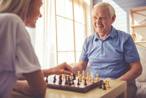 satranç oynayan yaşlı ve posterior kortikal atrofi