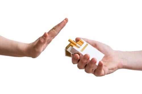 sigara paketi sigara reddeden el