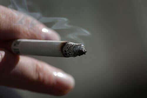 elinde sigara olan kişi ve derin ven trombozu