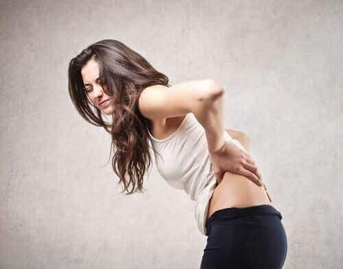 sırt ağrısı çeken kadın