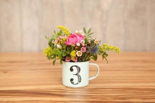 3 yazan kupada çiçekler