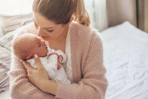 Bebeğini kucağına almış bir anne.